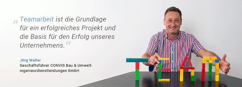 """CONVIS-Geschäftsführer Jörg Walter hat aus bunten Bausteinen das Wort """"Team"""" geformt und sagt: """"Teamarbeit ist die Grundlage für ein erfolgreiches Projekt und die Basis für den Erfolg unseres Unternehmens."""""""