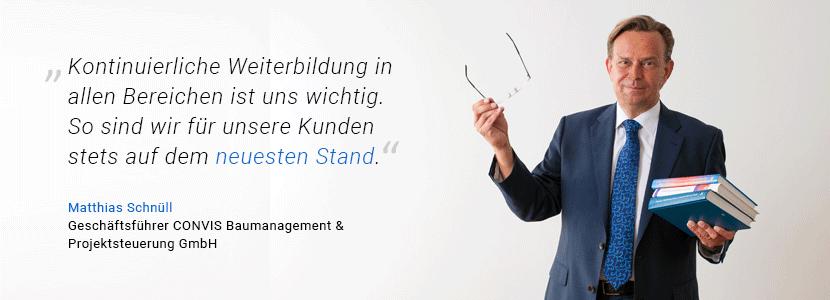 """CONVIS-Geschäftsführer Matthias Schnüll hält mehrere Bücher und schwingt seine Brille. Neben seinem Bild steht das Zitat: """"Kontinuierliche Weiterbildung in allen Bereichen ist uns wichtig. So sind wir für unsere Kunden stets auf dem neusten Stand."""""""