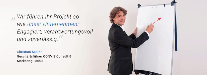 """""""Wir führen Ihr Projekt so wie unser Unternehmen: engagiert, verantwortungsvoll und zuverlässig"""", sagt CONVIS-Geschäftsführer Christian Müller. Er steht vor einem Flipchart und zeichnet einen Pfeil, der nach oben zeigt."""