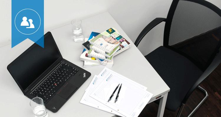 Materialien, auf einem Tisch, die die Beratungsdienstleistungen von CONVIS symbolisieren (z.B. Laptop).